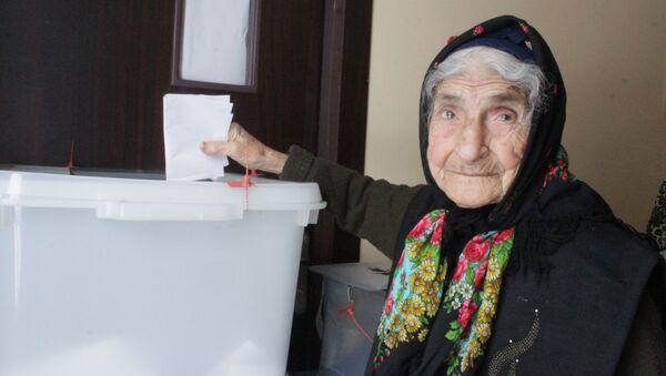 Qaxda 100 yaşlı seçici səs verdi  - Sputnik Азербайджан