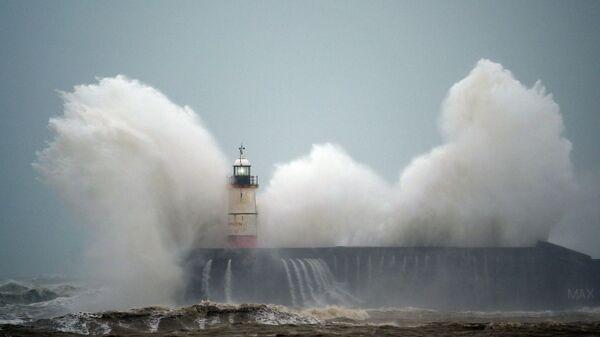 Волны у маяка во время урагана - Sputnik Azərbaycan