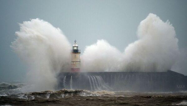 Волны у маяка во время урагана - Sputnik Азербайджан
