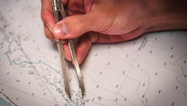 Мужчина работает с картой  - Sputnik Азербайджан