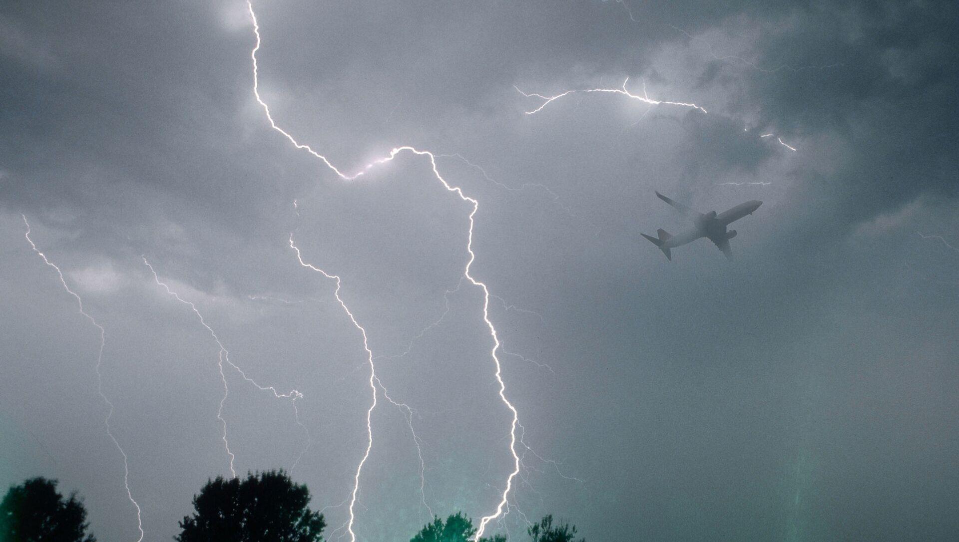 Полет самолета во время грозы - Sputnik Азербайджан, 1920, 02.04.2021