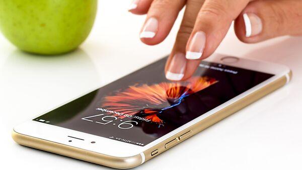 Apple на страже частной жизни: компания планирует отключить опцию отслеживания местонахождения человека - Sputnik Азербайджан