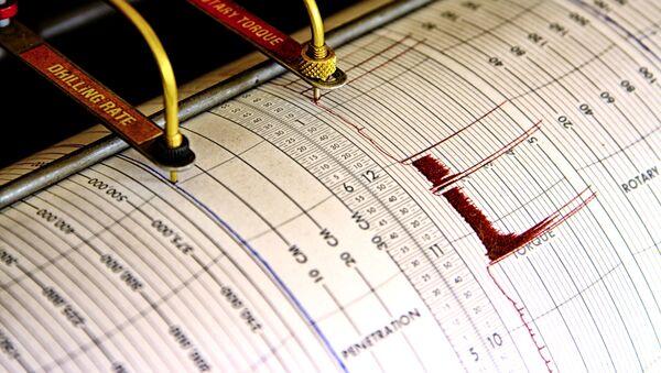 Сейсмограф регистрирует колебания на листе измерительной бумаги - Sputnik Азербайджан