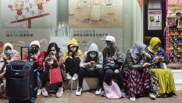Женщины в защитных масках на одной из улиц в Гонконге - Sputnik Азербайджан