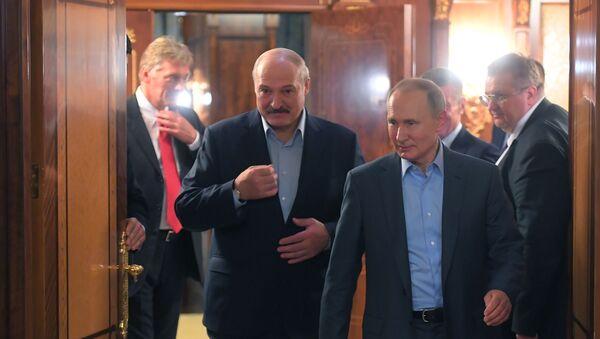 Президент Белоруссии Александр Лукашенко и президент РФ Владимир Путин во время встречи в Сочи - Sputnik Азербайджан