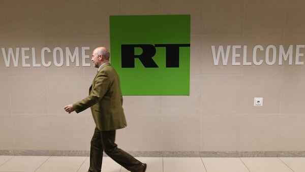 Сотрудник в офисе телеканала Russia Today в Москве - Sputnik Азербайджан