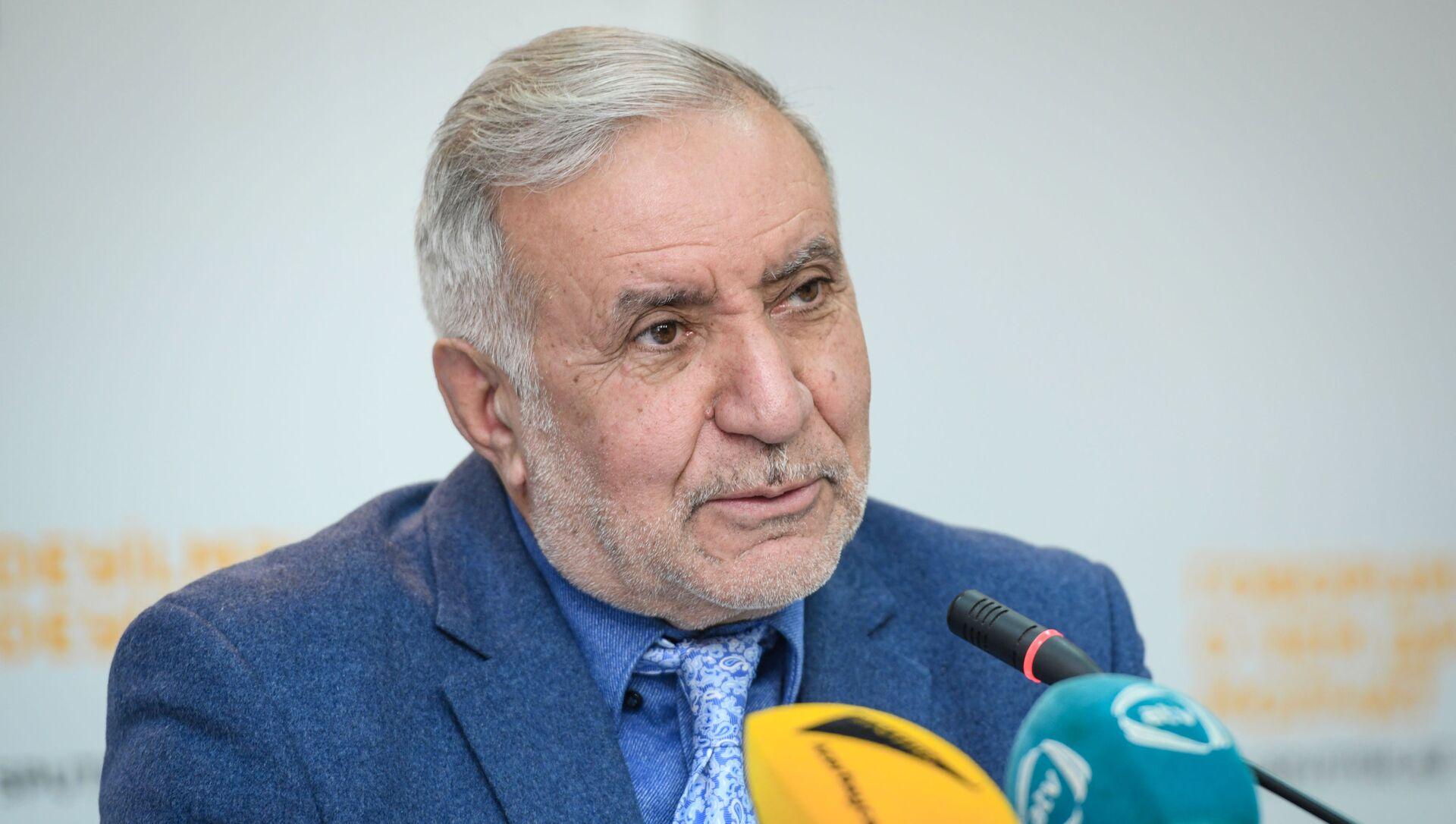 Председатель Союза свободных потребителей Эюб Гусейнов - Sputnik Азербайджан, 1920, 23.09.2021