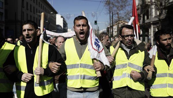 Участники акции протеста в Афинах, выступающие против законопроекта об изменениях в сфере социального и пенсионного обеспечения - Sputnik Azərbaycan