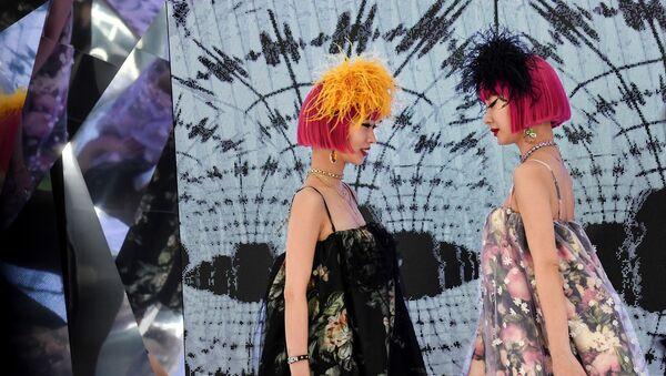 Модели представляют коллекцию Moncler на неделе моды в Милане - Sputnik Азербайджан