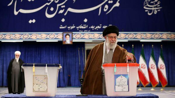 Высший руководитель Ирана Али Хаменеи на парламентских выборах на избирательном участке в Тегеране, Иран  - Sputnik Азербайджан