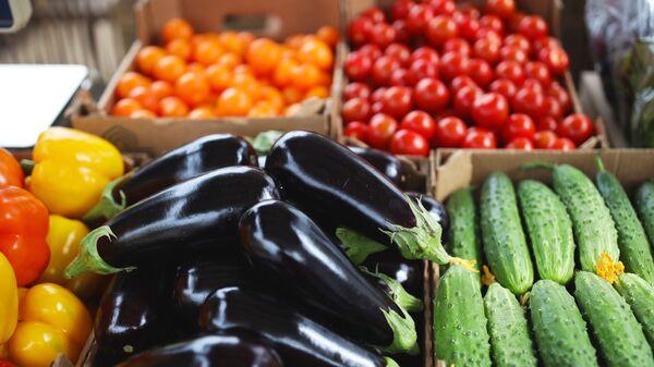 Продажа овощей на рынке, фото из архива - Sputnik Азербайджан