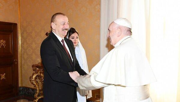 Президент Ильхам Алиев и первая леди Мехрибан Алиева встретились в Ватикане с Папой Римским Франциском - Sputnik Азербайджан