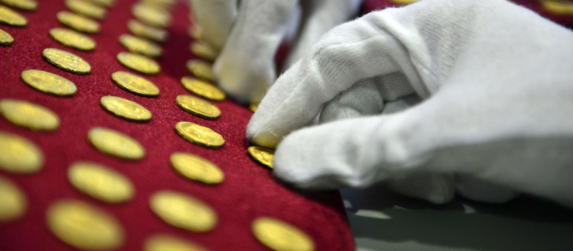 Золотые монеты, фото из архива - Sputnik Азербайджан, 1920, 15.03.2021