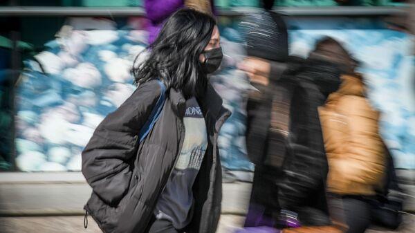 Прохожие в медицинских масках на улице в Баку, фото из архива - Sputnik Азербайджан