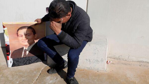 Сторонник экс-президента Египта Хосни Мубарака во время церемонии прощания  - Sputnik Азербайджан