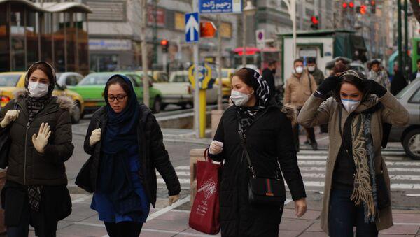 Жители Тегерана в медицинских масках на одной из улиц города - Sputnik Азербайджан