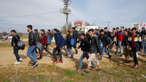 Мигранты идут к пограничному переходу Пазаркуле в Турции  - Sputnik Азербайджан