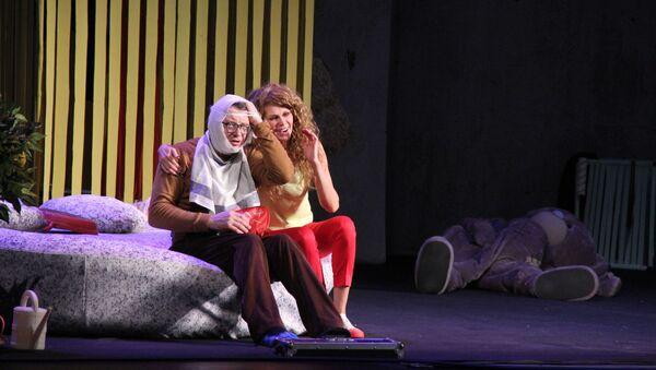Российские актеры Марат Башаров и Регина Мянник представили в Баку спектакль Идеальная игра - Sputnik Азербайджан