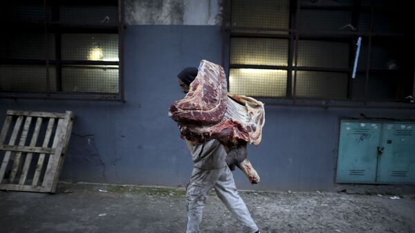 Мясник загружает мясо из грузовика, фото из архива - Sputnik Азербайджан