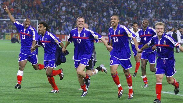 Футболисты сборной Франции радуются победе на ЕВРО-2000 - Sputnik Azərbaycan
