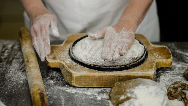 Во время приготовления хлебобулочных изделий, фото из архива - Sputnik Азербайджан