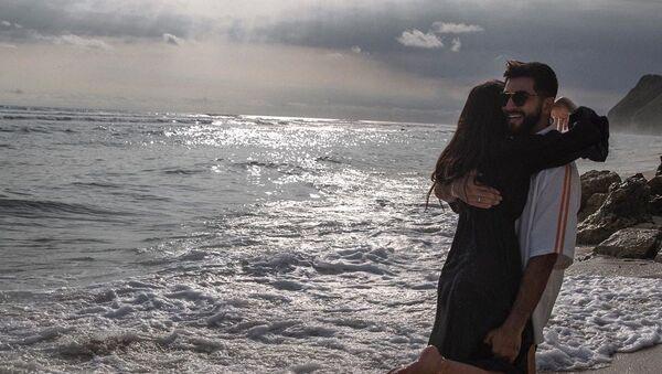 Азербайджанский певец Эльман Зейналов вместе со своей супругой - Sputnik Азербайджан