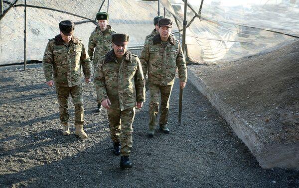 Министр обороны Закир Гасанов провел рекогносцировку местности на учениях азербайджанской армии - Sputnik Азербайджан