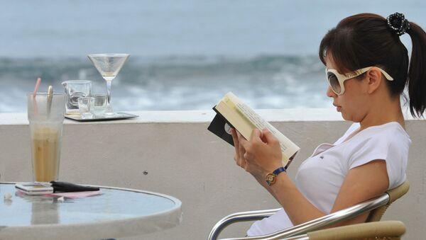 Женщина читает книгу, фото из архива - Sputnik Azərbaycan