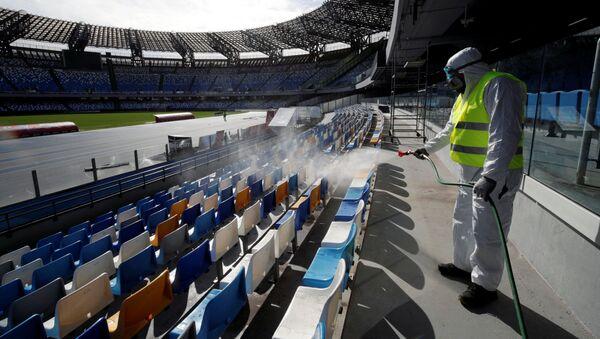 Уборщик дезинфицирует места на стадионе Сан-Паоло в Италии, фото из архива - Sputnik Азербайджан