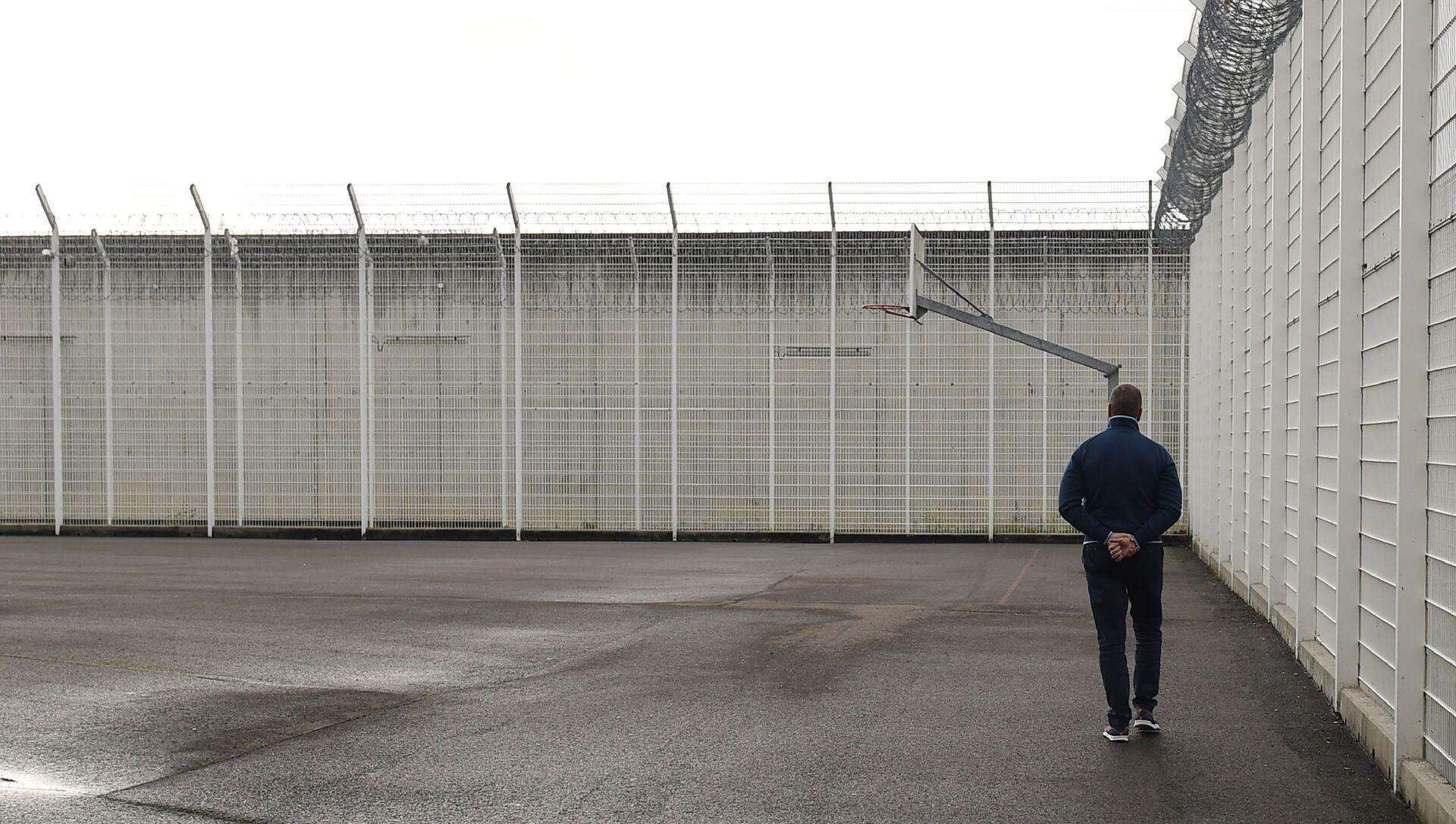 Мужчина гуляет во дворе тюрьмы, фото из архива - Sputnik Azərbaycan, 1920, 24.09.2021
