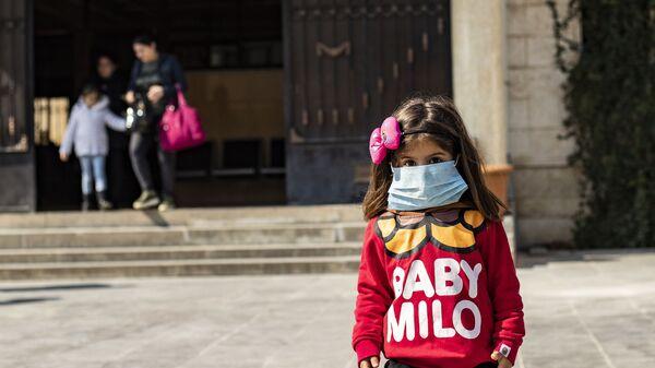 Девочка в маске, фото из архива - Sputnik Азербайджан