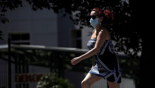 Женщина в медицинской маске, фото из архива - Sputnik Азербайджан