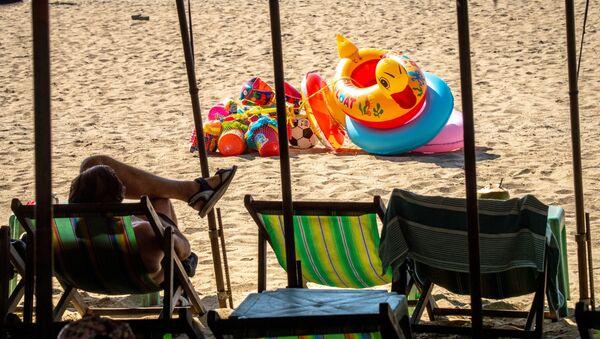 Турист на пляже в Паттайе, Таиланд - Sputnik Азербайджан