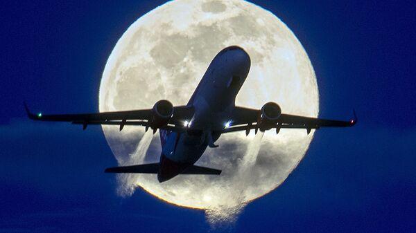Самолет на фоне полной луны  - Sputnik Азербайджан