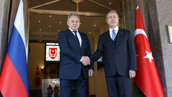 Министр обороны РФ Сергей Шойгу (слева) и министр обороны Турции Хулуси Акар во время встречи в Анкаре, фото из архива - Sputnik Azərbaycan