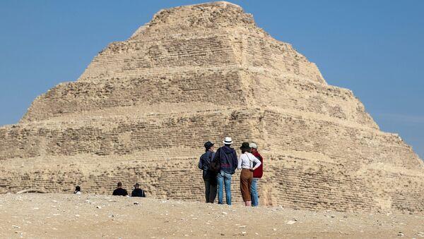 Туристы у пирамиды Джосера в Египте - Sputnik Azərbaycan