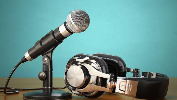 Микрофон и наушники - Sputnik Azərbaycan