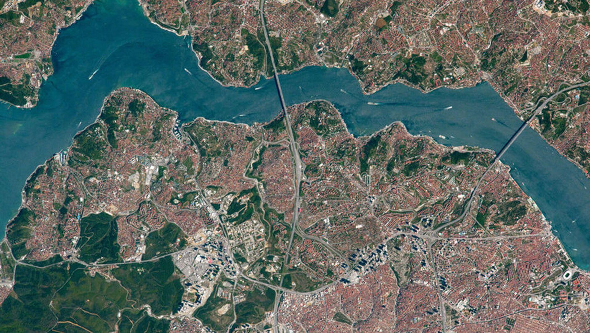 Вид сверху на мосты через пролив Босфор - Sputnik Азербайджан, 1920, 07.04.2021
