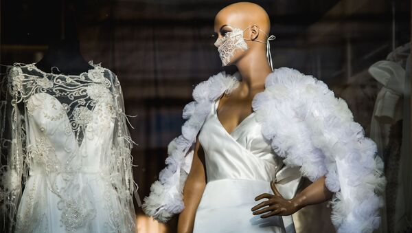 A mannequin in a lace mask is displayed in a shop window, in Tbilisi, Georgia - Sputnik Азербайджан