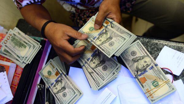 В обменном пункте сортируют доллары, фото из архива - Sputnik Азербайджан