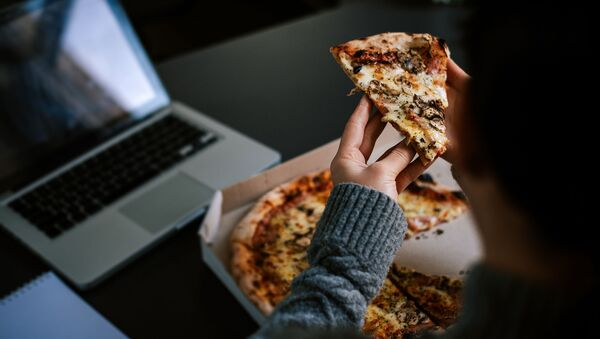 Поедание пиццы за ноутбуком  - Sputnik Azərbaycan