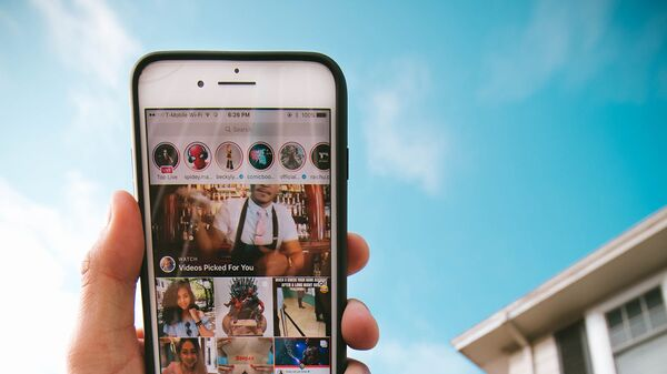 К сожалению, Instagram не вернется к привычному отображению ленты в хронологическом порядке, но разработчики уже тестируют новую функцию для более удобного просмотра новых постов - Sputnik Азербайджан