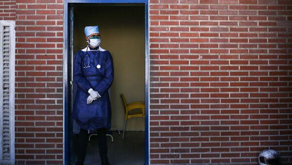 Врач в медицинской маске, фото из архива - Sputnik Azərbaycan