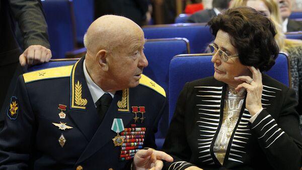 Член отряда первых космонавтов Алексей Леонов и вдова Юрия Гагарина Валентина - Sputnik Азербайджан