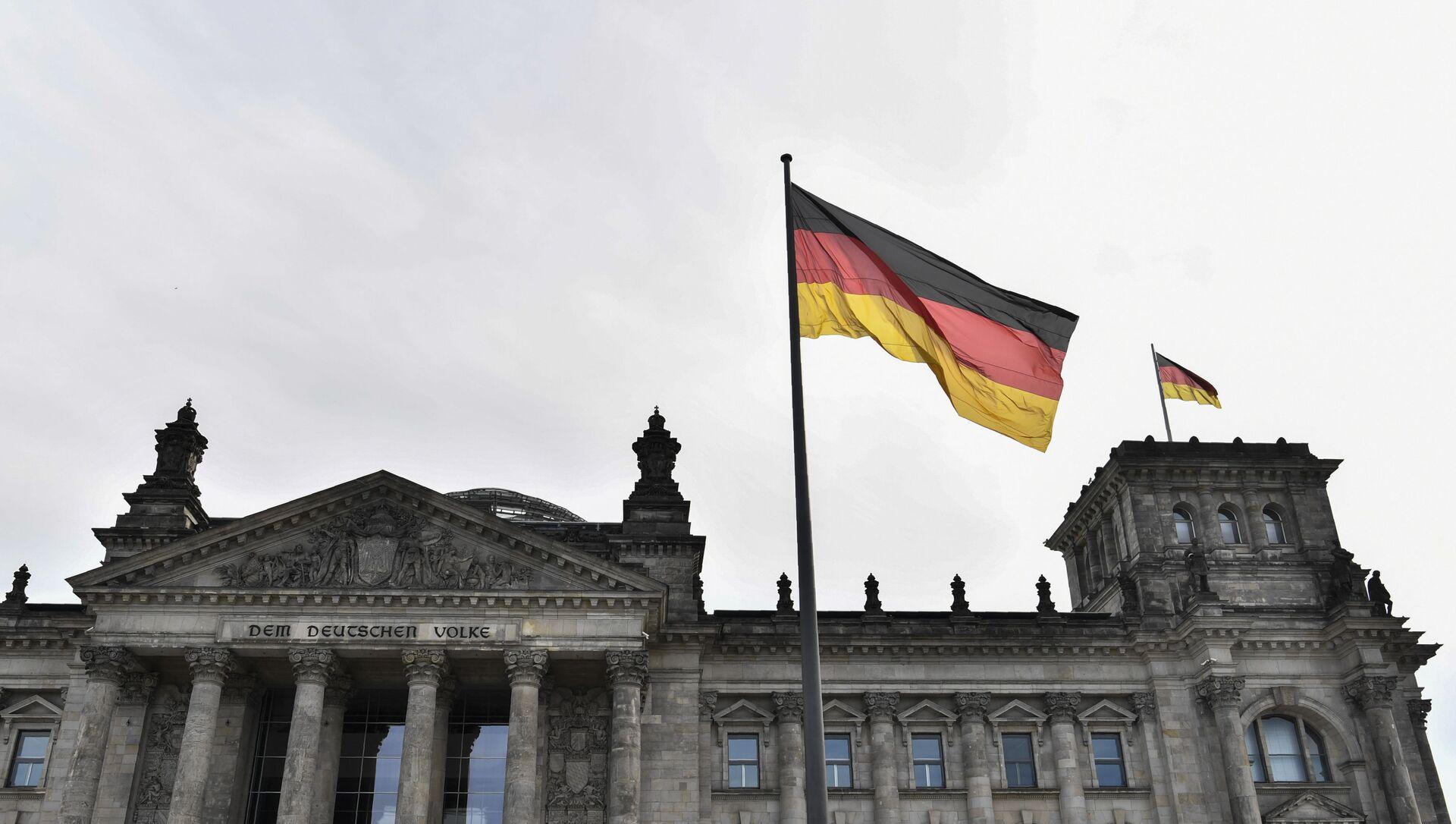 Флаг Германии над зданием парламента в Берлине, фото из архива - Sputnik Азербайджан, 1920, 24.08.2021