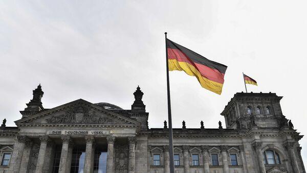 Флаг Германии над зданием парламента в Берлине, фото из архива - Sputnik Азербайджан