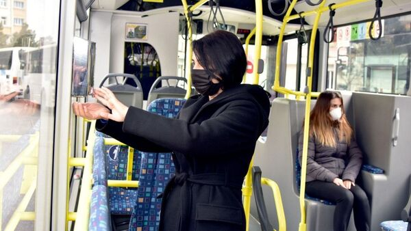 Санитайзер в автобусе - Sputnik Азербайджан