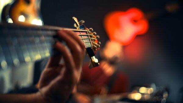Человек с гитарой - Sputnik Азербайджан