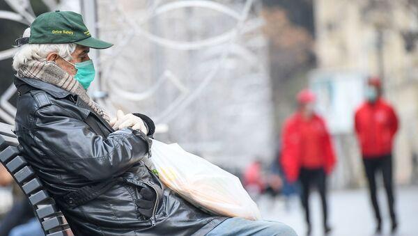 Прохожие в медицинских масках на улице в Баку, фото из архива - Sputnik Azərbaycan