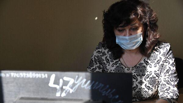 Сотрудница школы в медицинской маске - Sputnik Azərbaycan